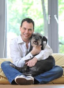Sebastian Fitzek mit Hund